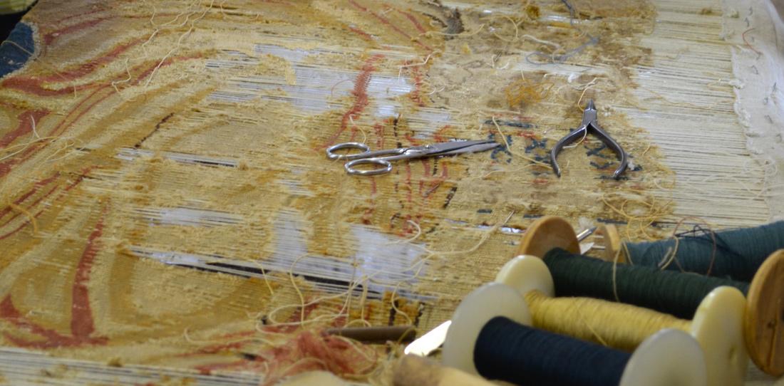 La restauration de tapisserie cit internationale de la for Comment enlever de la tapisserie