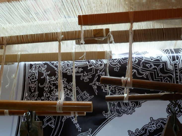 Carton sous la chaîne du métier à tisser, tissage de Peau de licorne, 2011