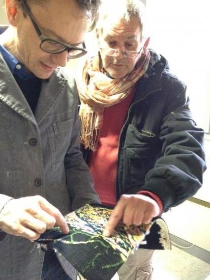 Mathieu Mercier mettant au point tissage de sa tapisserie avec Daniel Bayle, lissier de l'atelier Legoueix auteur de l'échantillon