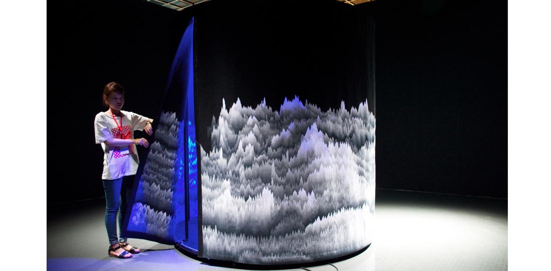 Panoramique polyphonique, d'après Cécile Le Talec, exposée à la première Triennale d'art textile de Hangzhou, Chine