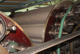 The wool stretched on the carding machine
