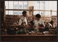 Échantillonnage des laines : choix des teintes de laines pour la réalisation d'un tapis de savonnerie, manufacture Hamot.