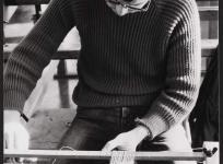 La fabrication des lisses avant le montage de la chaîne, atelier de basse lisse de l'École nationale d'Arts décoratifs d'Aubusson, 1985.