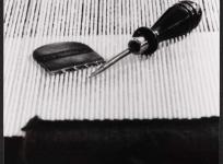Les outils du lissier : le grattoir et le poinçon, atelier de basse lisse de l'École nationale d'Arts décoratifs d'Aubusson, 1985