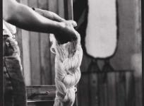 Montage de la chaîne : une crenille (assemblage de fils de chaîne par portée), atelier de basse lisse de l'École nationale d'Arts décoratifs d'Aubusson, 1985