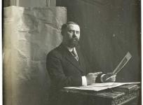 Léon Tabard travaillant sur des maquettes. Plaque de verre, Fonds Tabard.