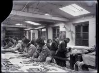 Vue de l'atelier de basse lisse, atelier Tabard. Plaque de verre, Fonds Tabard.